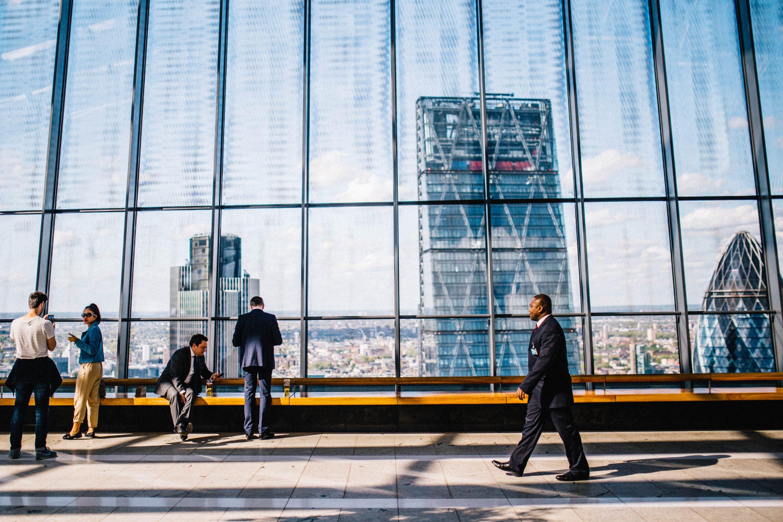 Image à la une : homme marchant devant un building